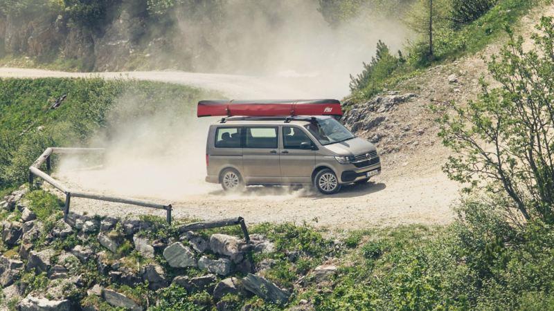 vw Volkswagen beige Multivan 6.1 Highline 7-seter familiebil minivan maxitaxi persontransport offroadkjøring grusvei rød kajakk på taket fjellvei