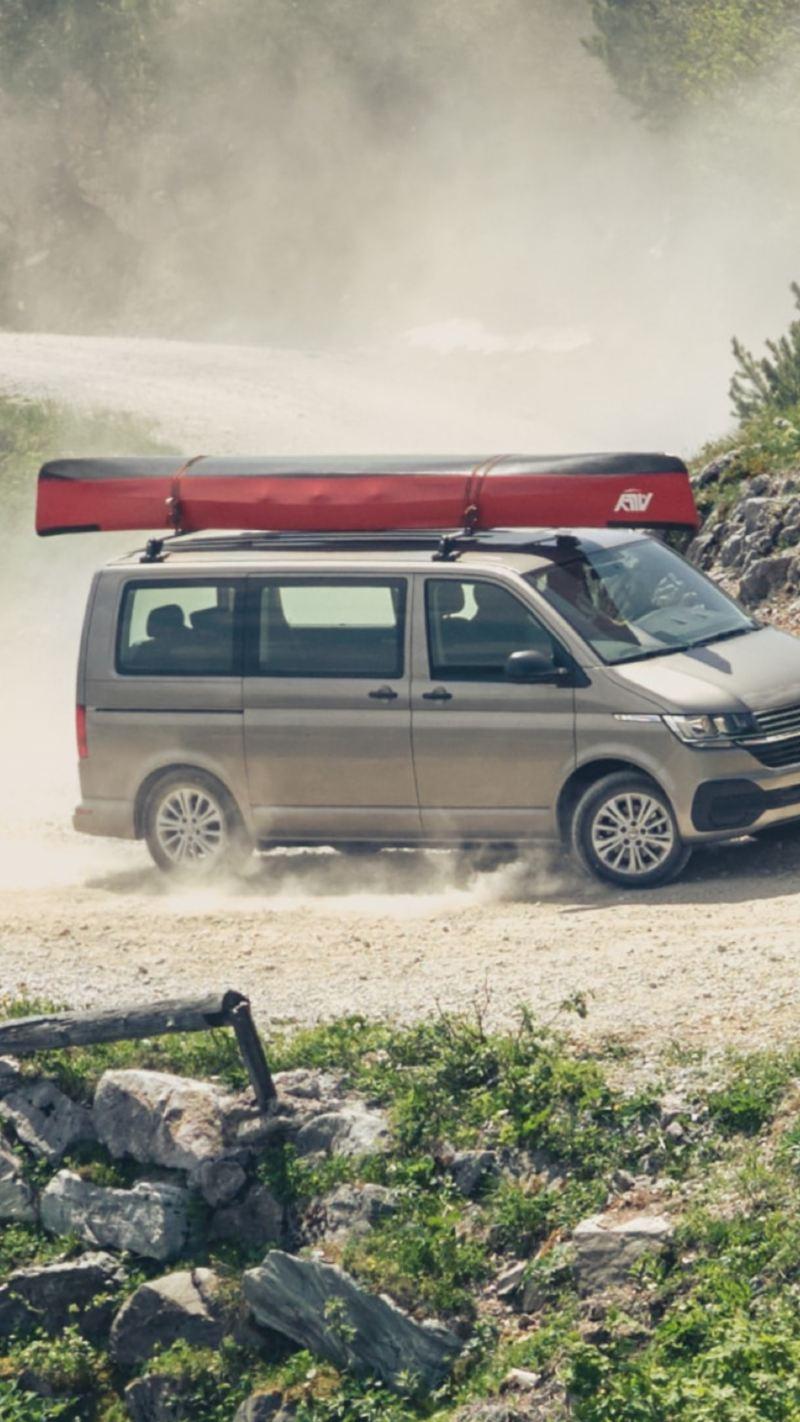 VW Multivan 6.1 kör på grusväg
