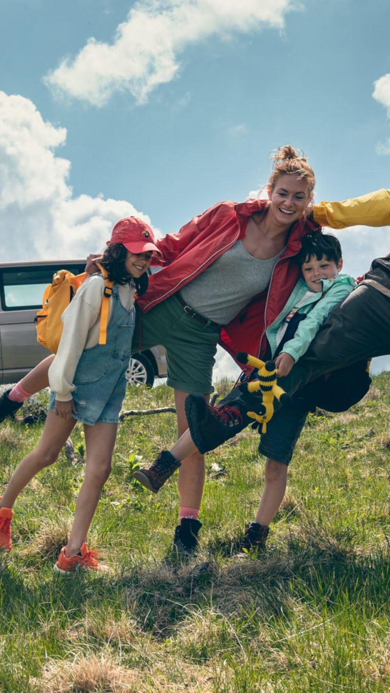 Eine Familie vor ihrem Multivan 6.1 von Volkswagen Nutzfahrzeuge.