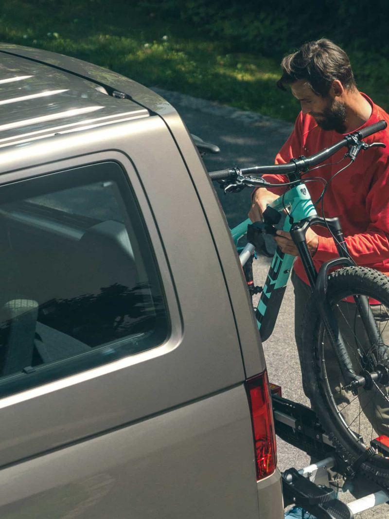 Ein Mann befestigt sein Mountainbike am Fahrradträger.