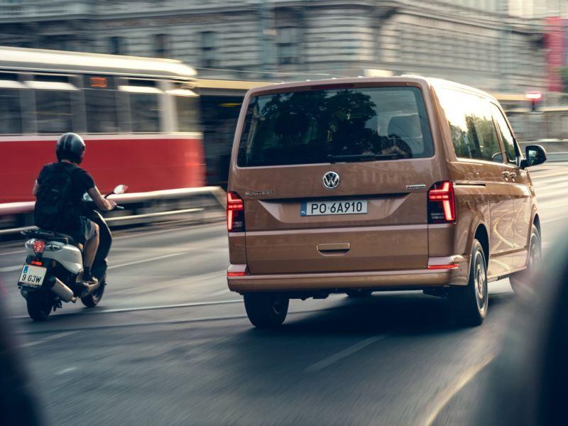 Volkswagen Multivan 6.1. przejeżdża przez miasto.