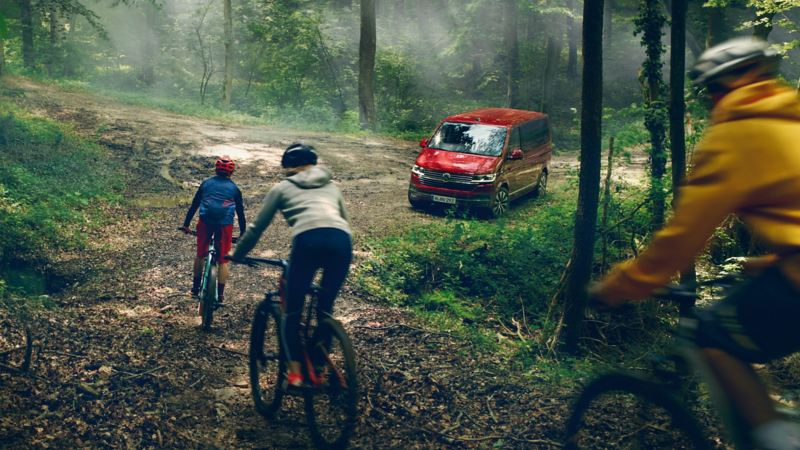 Volkswagen Multivan T6.1 ute i skogen bland cyklisterna