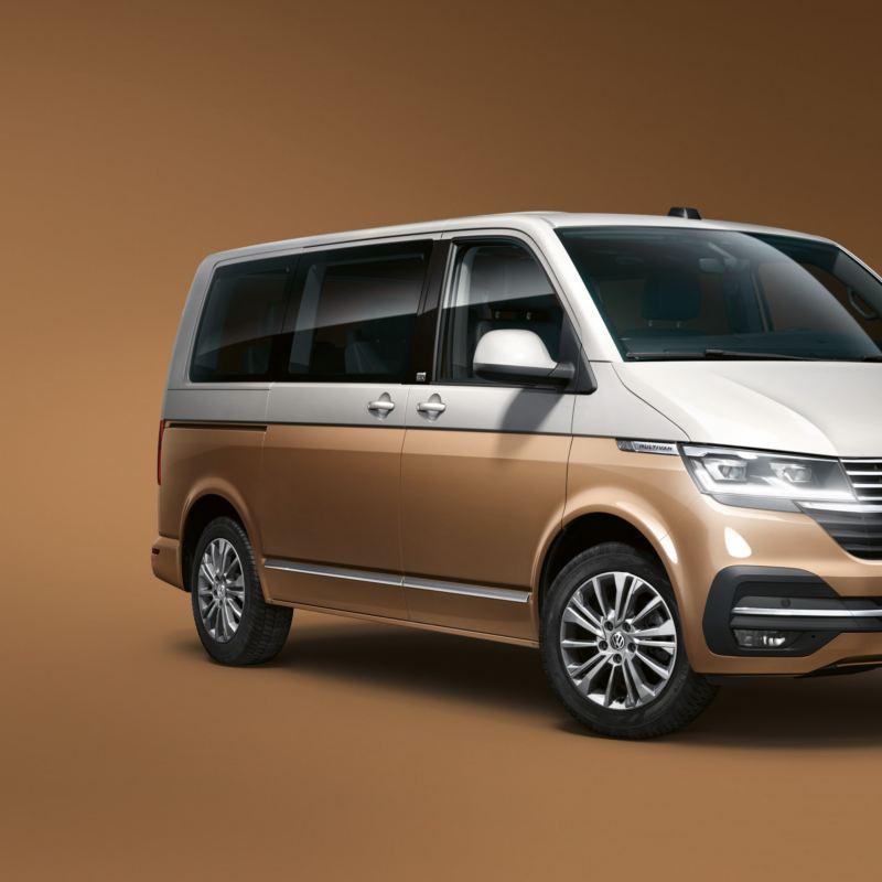 Dreiviertelansicht des Multivan 6.1 Generation Six in der Lackierung Candy-Weiß/Copper Bronze.