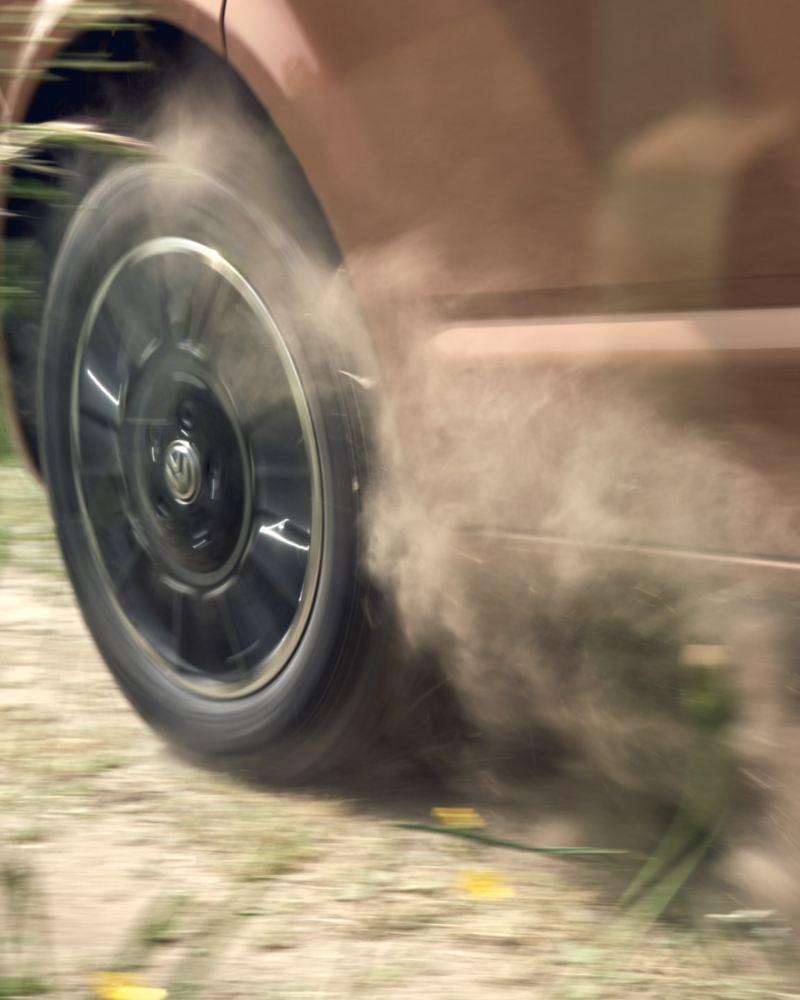 Närbild på en VW Multivan 6.1 fälgar