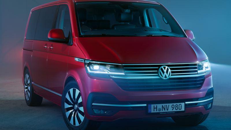 Volkswagen Utilitaires Multivan 6.1 rouge fond bleu