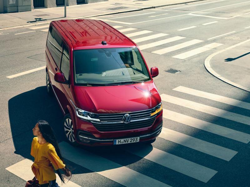 Multivan VW Veicoli Commerciali lascia passare un pedone in un incrocio in città
