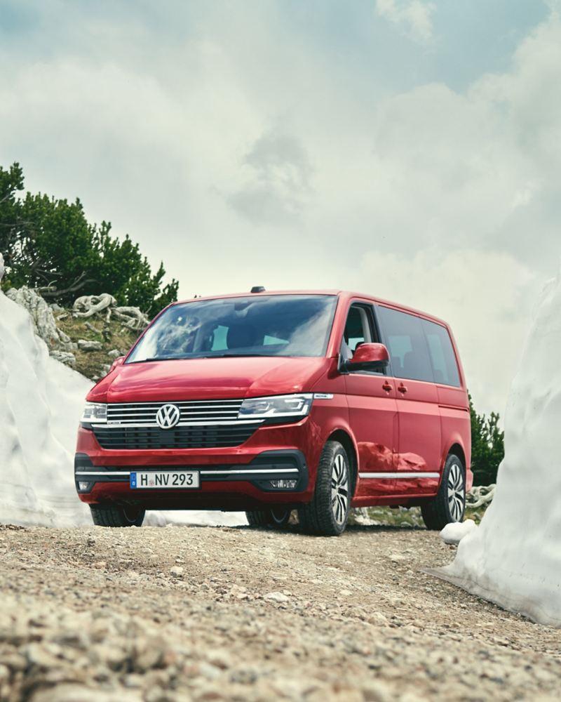 Ein Volkswagen Multivan 6.1 fährt durch eine Schneeschneise.