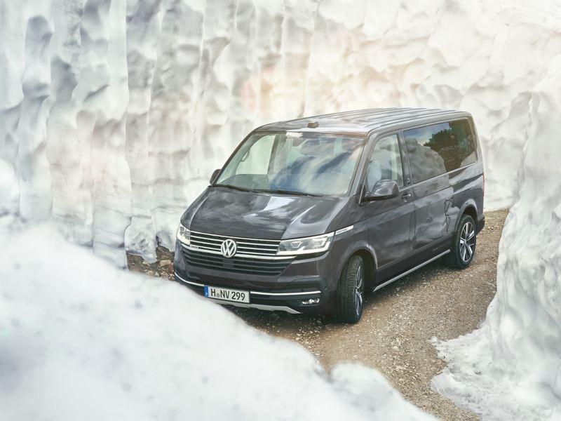 Ein Multivan 6.1 von Schneemassen umgeben.