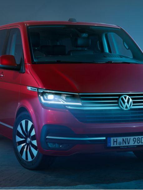 Uma Multivan 6.1 vermelha na diagonal frontal.