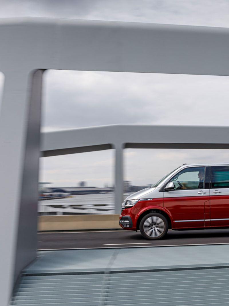 Nya VW Multivan T6.1 kör över bro