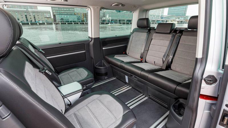 Nya VW Multivan T6.1 med säten som enkelt skjuts på skenor och dessutom är snurrbara