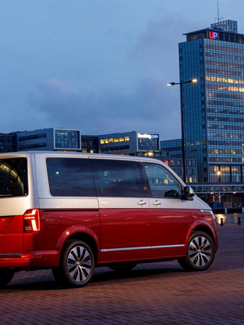 Nya VW Multivan T6.1 i skymning utanför hotell