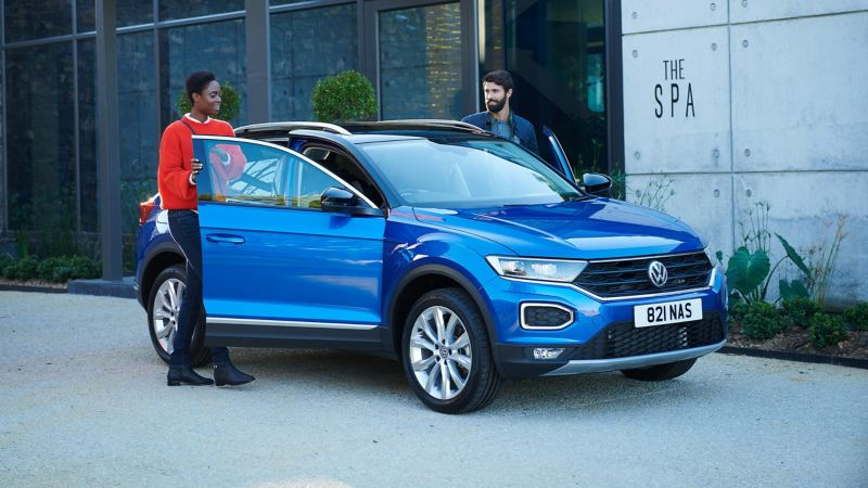 A couple getting in a blue T-Roc