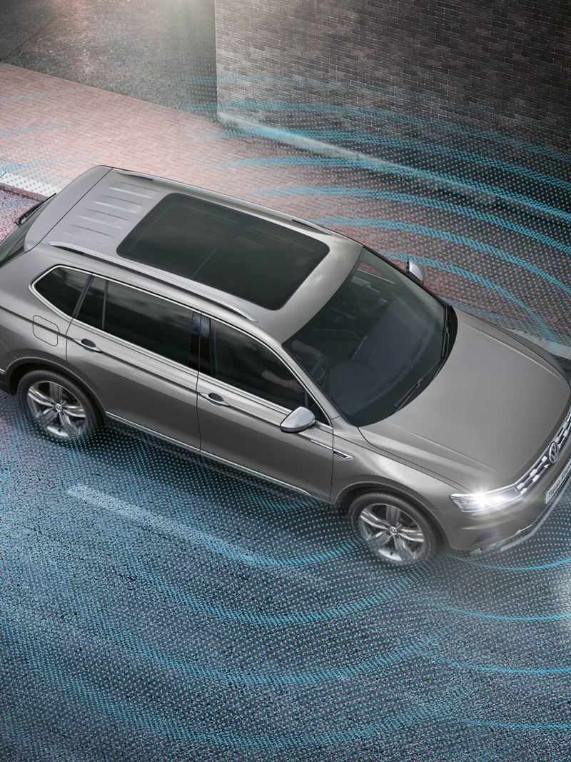 A grey Tiguan Allspace with the Area View in action