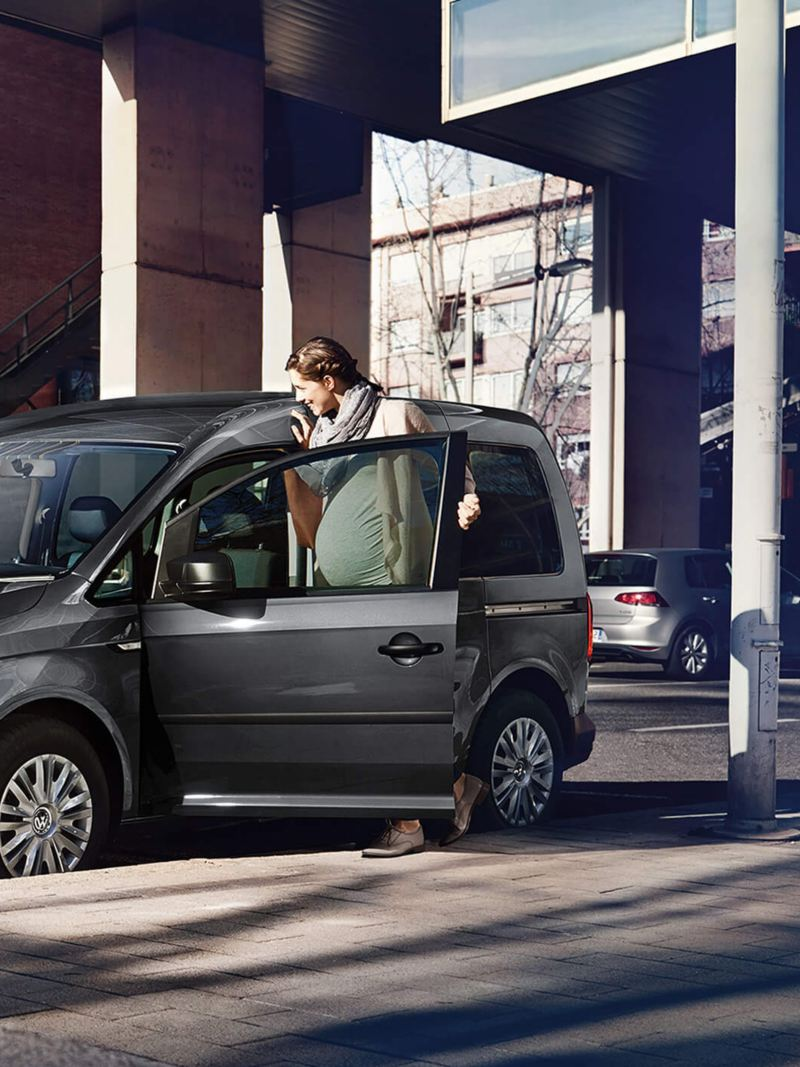 pregnant woman gets into VW Caddy Life