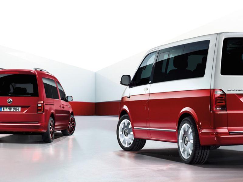 Ein roter Caddy und ein rot-weißer Multivan stehen in einem weiß-roten Raum.