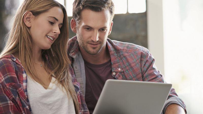 Ein Paar schaut gemeinsam auf einen Laptop