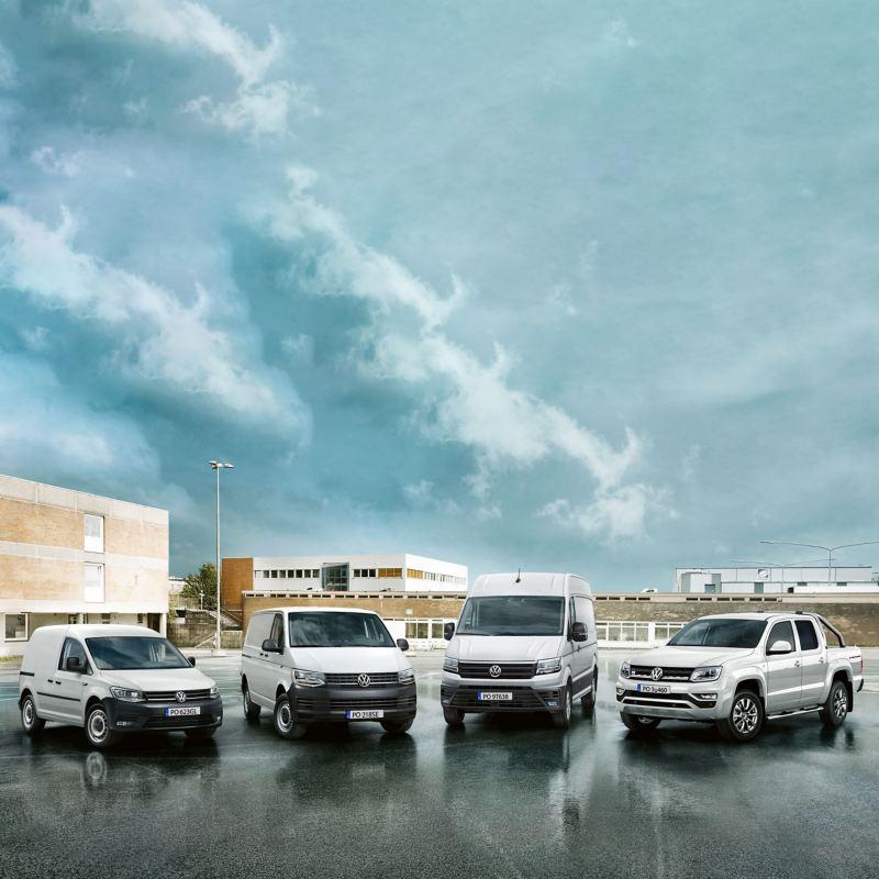 Caddy, Transporter, Crafter i Amarok stoją na tle budynków