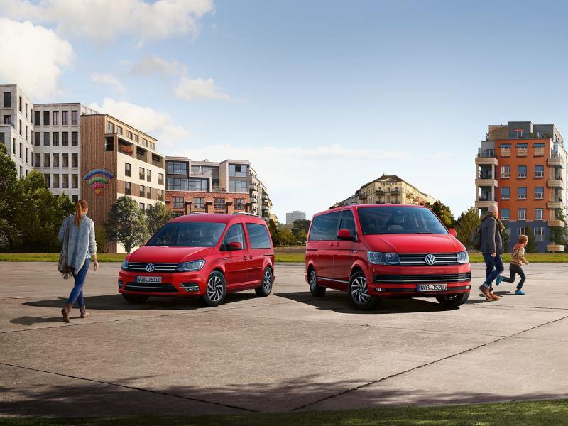 Ein roter Caddy und Multivan 6.1 stehen nebeneinander auf einem Platz.