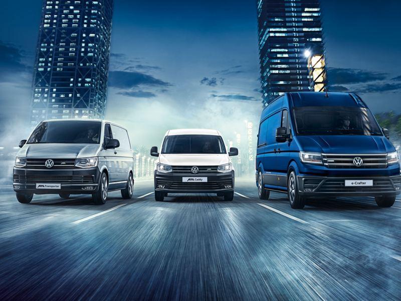 L'ABT e-Caddy, l'ABT e-Transporter et l'ABT e-Crafter circulent côte à côte en ville. Volkswagen Véhicules Utilitaires