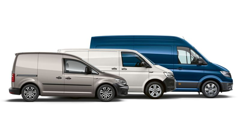 Gama modeli elektrycznych Volkswagen Samochody Dostawcze. e-Caddy, e-Transporter, e-Crafter dynamicznie przejeżdżają przez miasto.