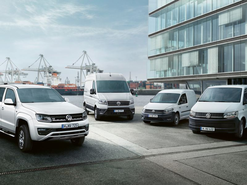 Volkswagen Hyötyautojen mallistoa kuvattuna satamapihalla
