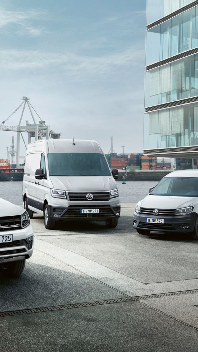 Volkswagenin hyötyautomallisto: Transporter, Amarok, Caddy ja Crafter rivissä satamamaisemassa