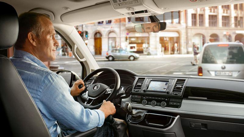 Ein Mann sitzt am Steuer eines Fahrzeugs.