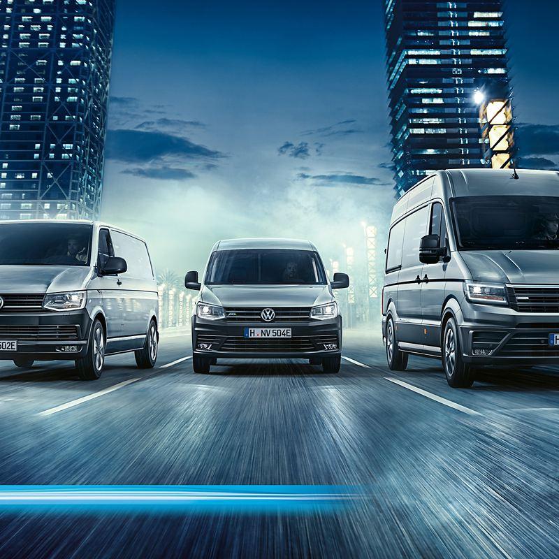 Der ABT e-Caddy, ABT e-Transporter und e-Crafter fahren nebeneinander durch die Stadt.
