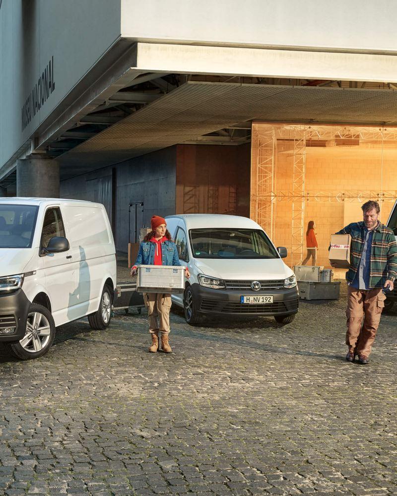 Transporter, Amarok, Caddy und ein Crafter vor einem Autohaus