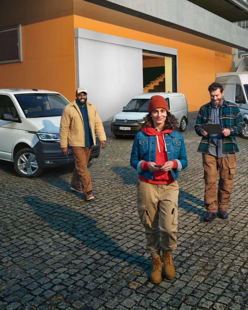 Ein Transporter 6.1, ein Caddy und ein Crafter von Volkswagen Nutzfahrzeuge  stehen nebeneinander.