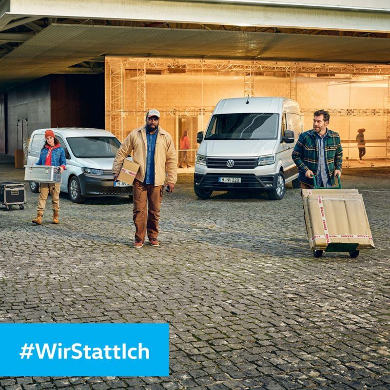 Ein Volkswagen Crafter und Caddy stehen vor einer Veranstaltungshalle.