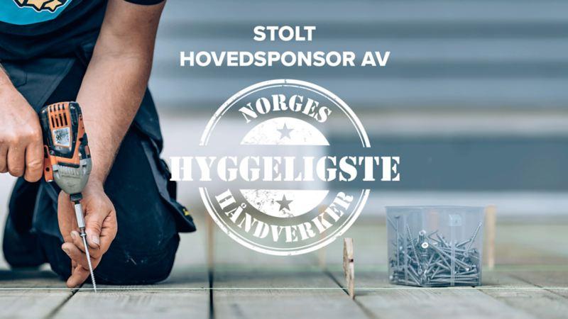 Bildet viser logoen til kåringen Norges Hyggeligste Håndverker og en snekker som skrur inn skruer i planker med en drill