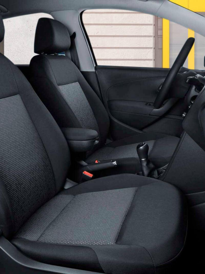 Pomo de palanca de velocidades y freno de mano en piel en el interior de Nuevo Polo 2020 de Volkswagen, auto compacto