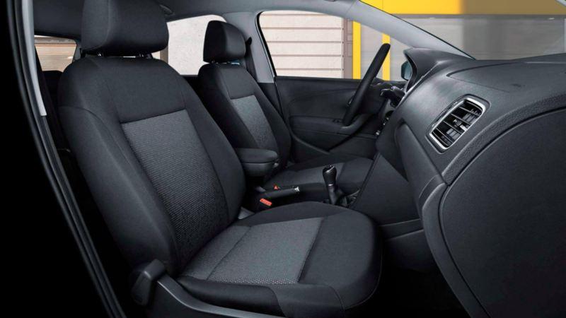 Asientos frontales tipo confort presentes en el interior de Nuevo Polo 2020 de Volkswagen, auto compacto