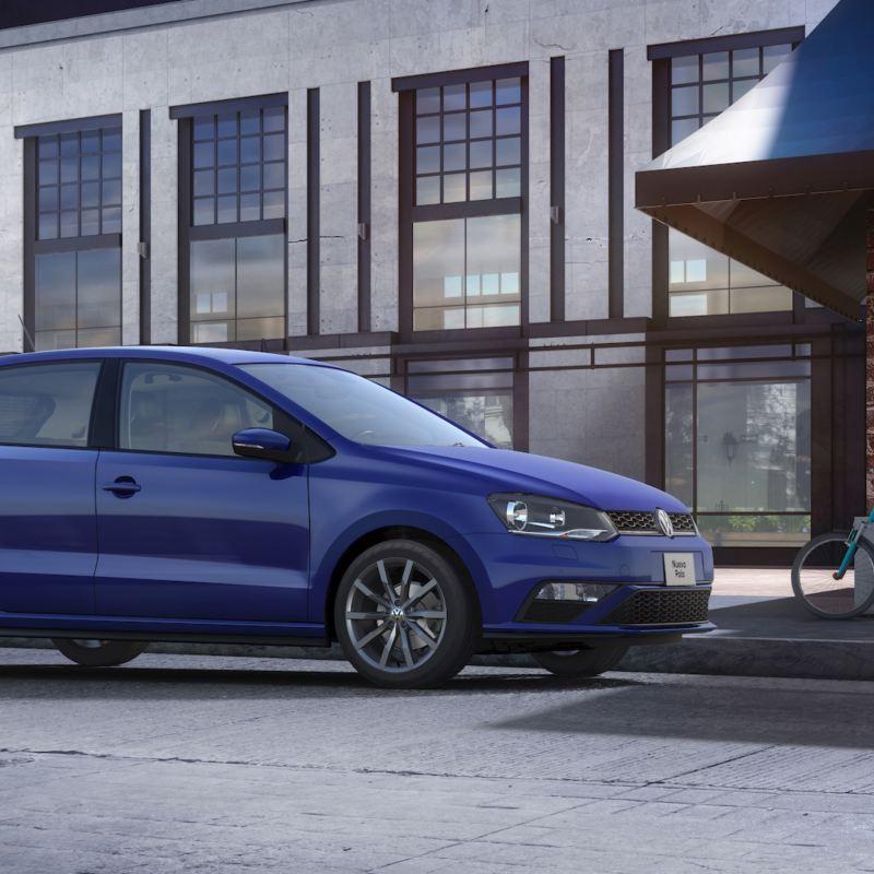 Frente de Nuevo Polo 2020 de estacionado en avenida, el auto compacto de Volkswagen color azul