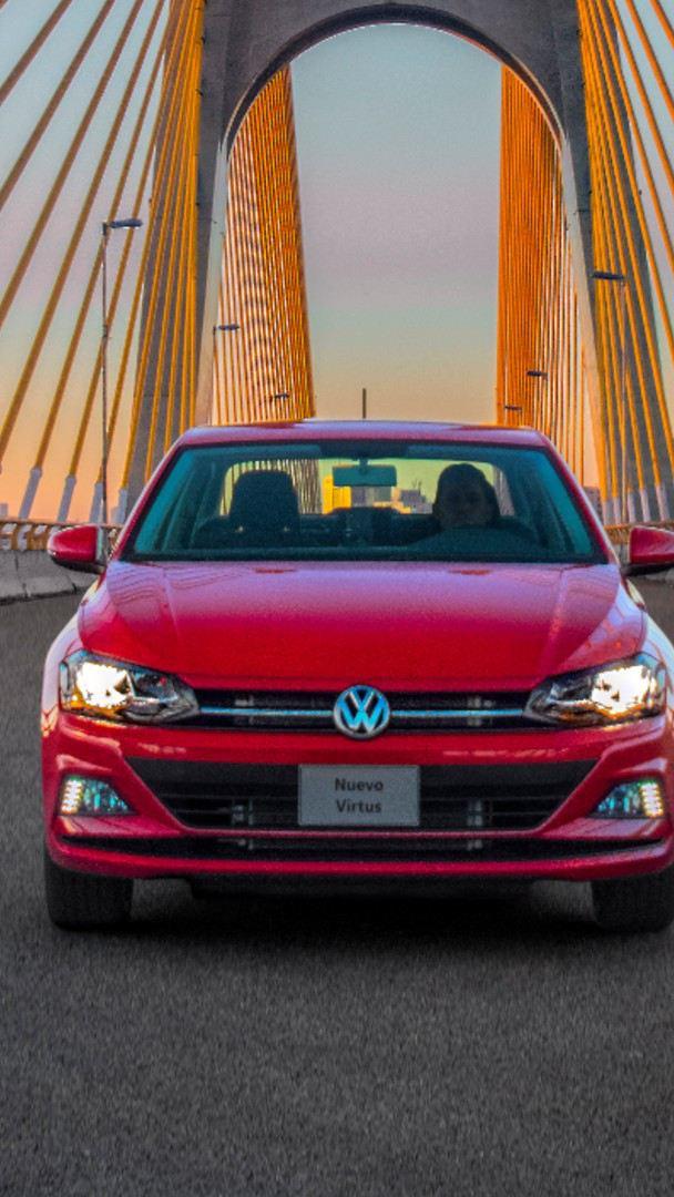 Nuevo Virtus, auto sedán en marcha sobre distribuidor vial - Estrena un Virtus con ¡Volkswagen Ya!