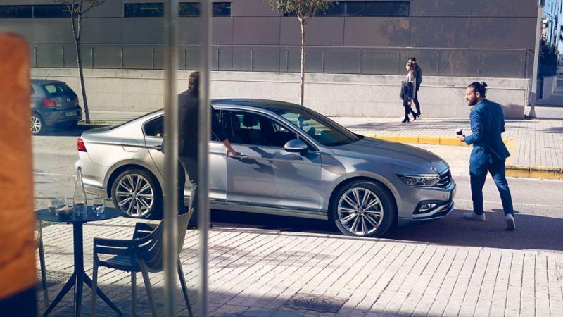 Vista laterale esterni Nuova Passat Volkswagen mentre un signore apre la portiera.
