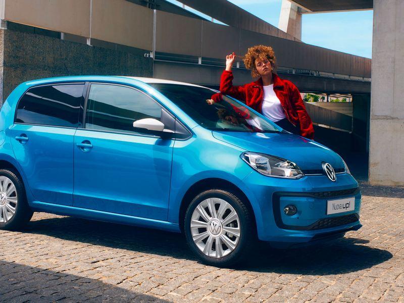 Nuova up! Volkswagen city car Ragazza appoggiata sul parabrezza
