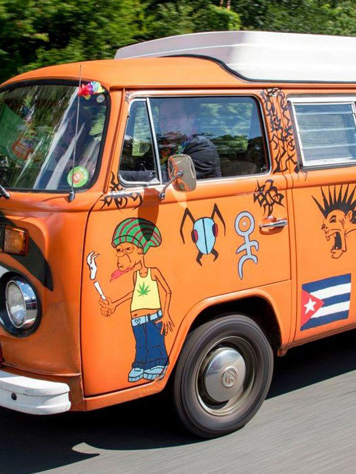 Volkswagen Utilitaires Combi Summer festival 70 ans orange decoration