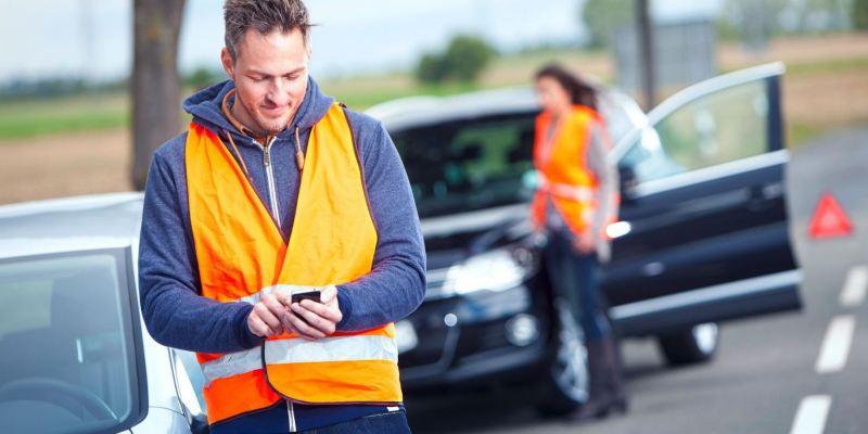 Personnes en sécurité contactant l'assistance Volkswagen