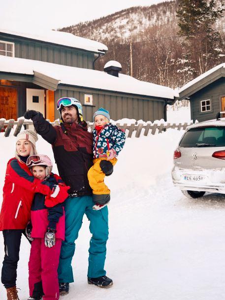 Thomas e la sua famiglia in gita in montagna con la loro Volkswagen e-Golf