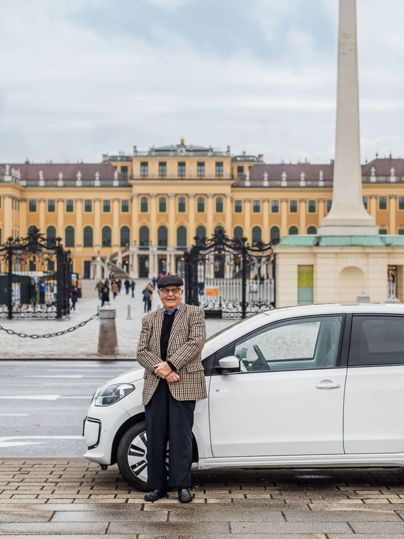 Heinz Gerhard e la sua e-up! parcheggiata di fronte al castello di Schönbrunn a Vienna.