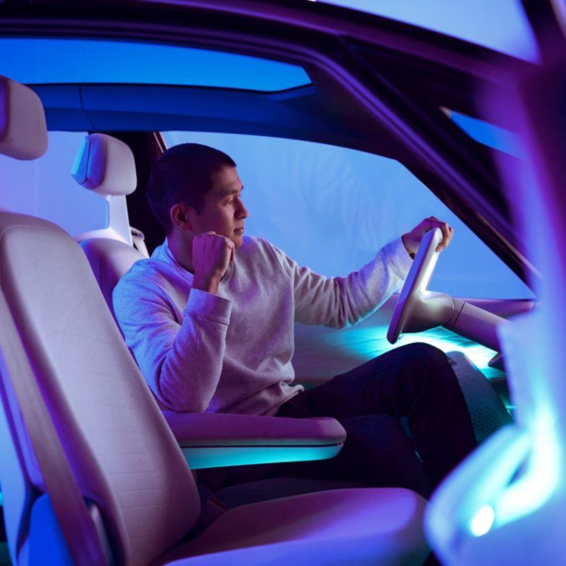 Van Bo Le-Mentzel sentado no I.D. concept car.