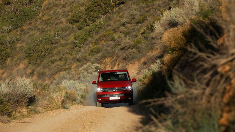 Volkswagen Calinfornia på stenväg i Kalifornien