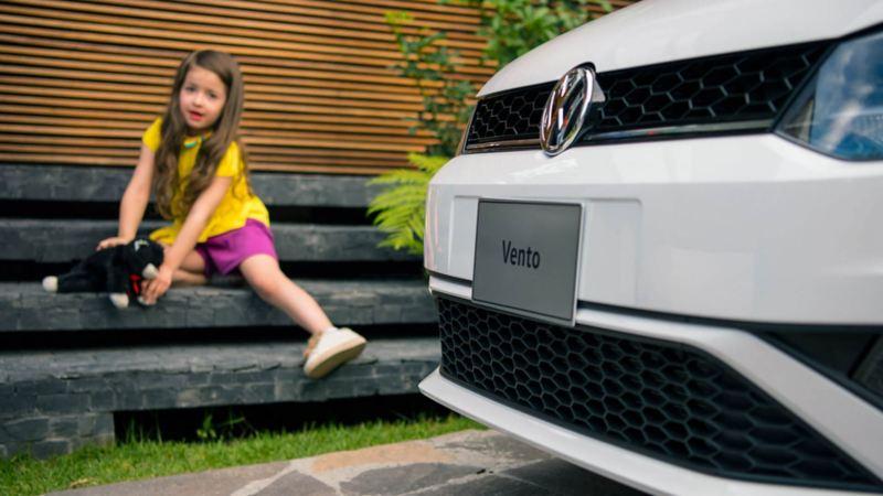 Niña sentada detrás de la parrilla de Vento 2020 de Volkswagen México