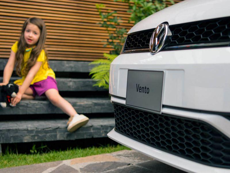 Niña sentada detrás de la parrilla de Vento 2021 de Volkswagen México