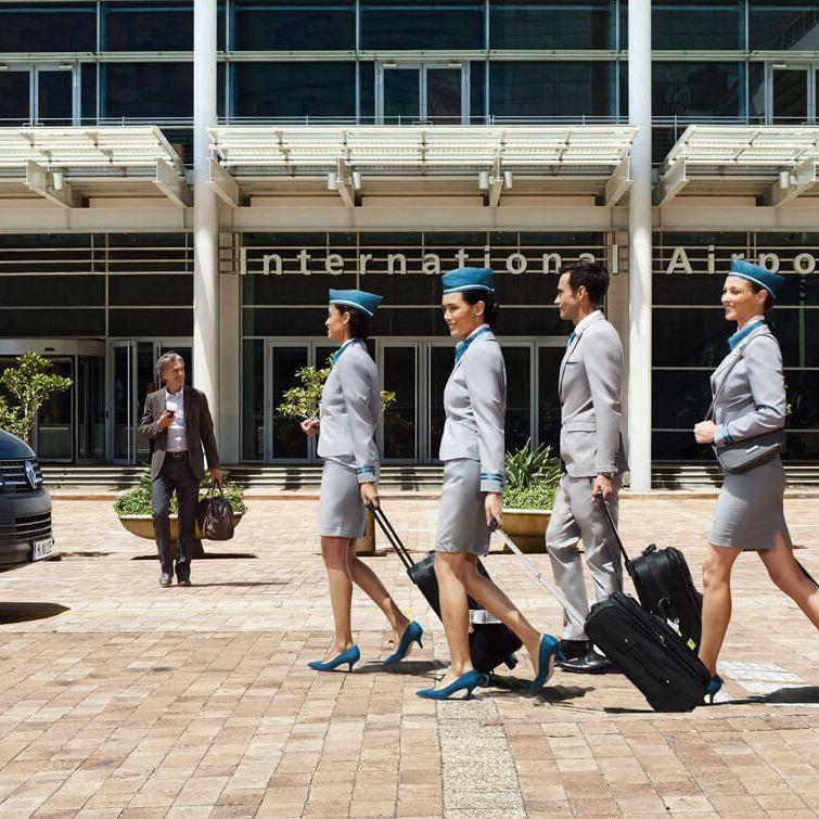 Taxi multivan blauw gastvrouwen luchthaven