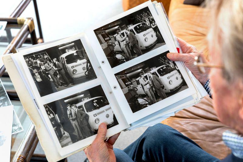 A. Kalberlah avec un album photo