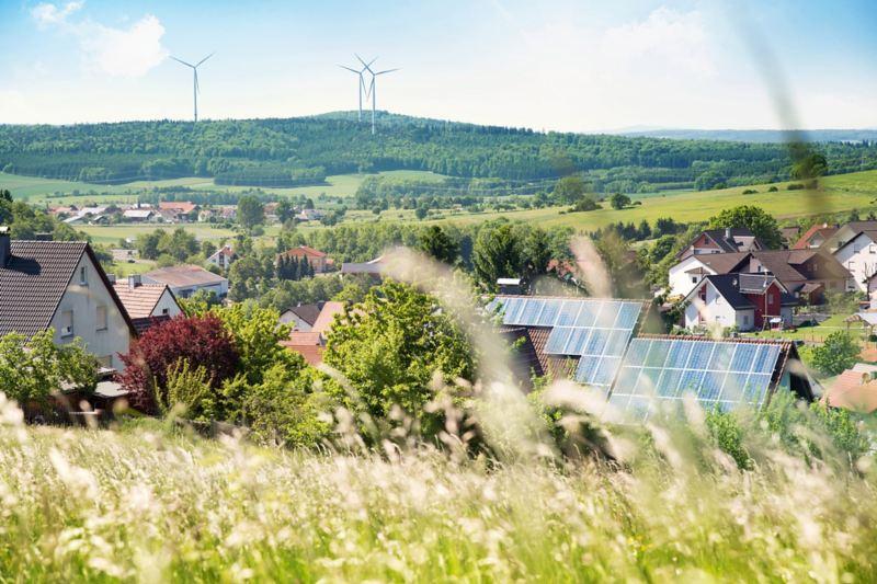 Häuser mit Solarzellen auf dem Dach.